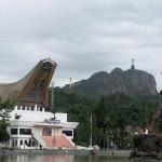 Zuzana Habanova - 02 Správní město Makale v Tana Toraja, socha torajského bojovníka a v dálce socha Krista